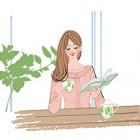 リビングで紅茶を飲みながら本を読む女の子