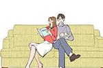 カップル,ソファに座る,本を読む,読書,リビング