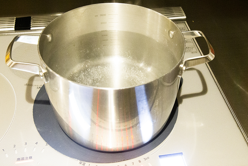 鍋にお湯をわかす